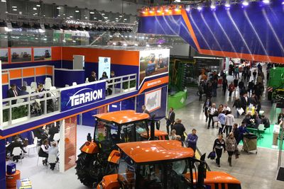 "Denis Manturov get acquainted with ""smart"" agricultural machinery on AGROSALON in Moscow"
